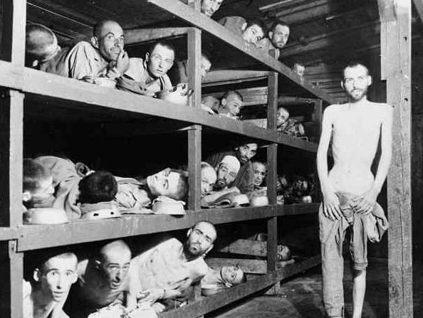 Alman Buchenwald Toplama kampında esirler. Nobel ödülü alan Elie Wiesel ikinci sırada soldan altıncı. Resim Amerikan birlikleri esirleri kurtarmak için kampa geldiklerinde çekilmiş.