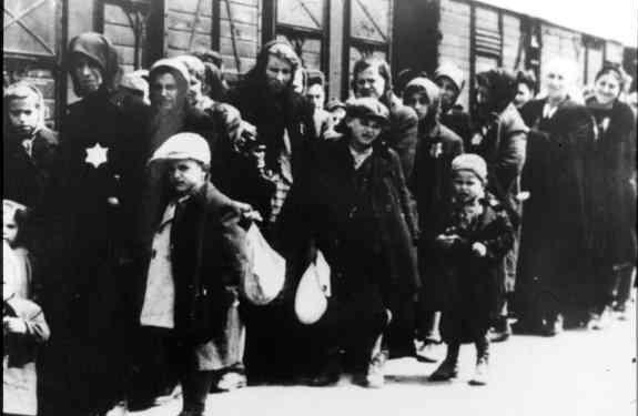 Polonya yahudileri kendilerini Treblinka toplama kampına götürecek olan Alman yük trenleri önünde.