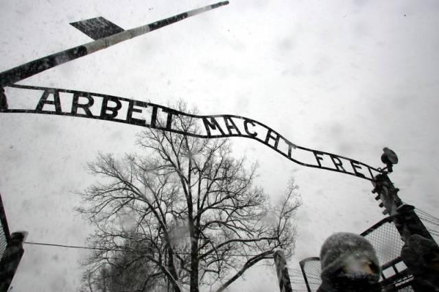 Auschwıts ölüm kampı giriş kapısı üstündeki almanca sloganda şöyle yazıyor 'Çalışmak özgür kılar