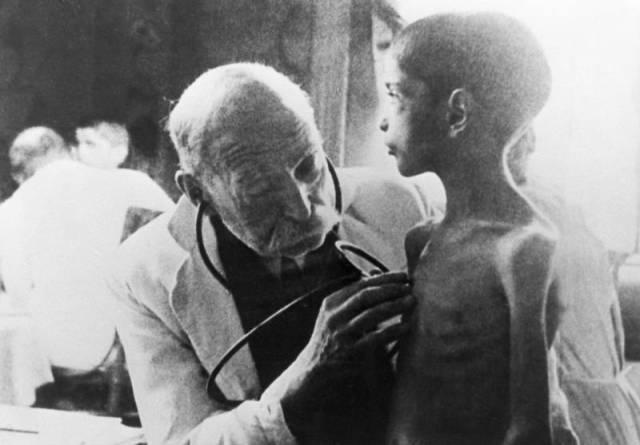 Toplama kampından kurtarılmış bir çocuk haziran 1945 te doktor muayenesindeyken.