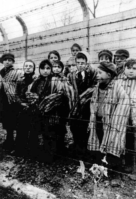 Auschwits toplama kampında esir tutulan bir grup çocuk 6 yıl süren savaş sonrası 1945 yılında kampa gelen Sovyet askerleri tarafından kurtarılmadan önce Polonya 1945