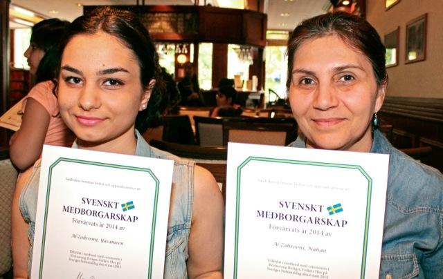 İki göçmen kökenli yeni isveçli İsveç vatandaşlığı sertifikası ve teşekkür belgesini almaktan çok memnun görünüyor !