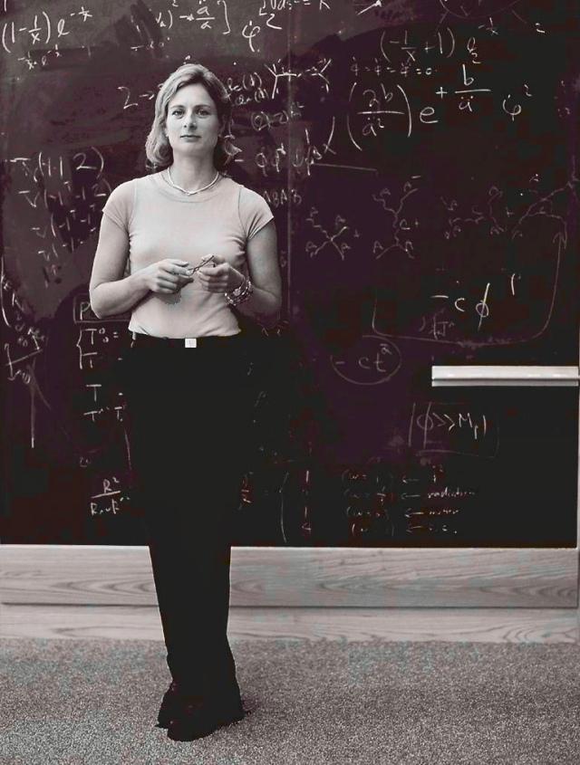 242e5035c11b1 İsveçli fizik profesörü Lisa Randall, Harvard Üniversitesinde fizik dersi  veriyor.